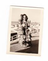 Photo ( +/- 6 X 9 Cm ) Fillette Déguisée En Espagnole - Robe Faite Avec Des Journaux SPIROU - BD - Blankenberge ? (b247) - Places