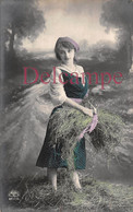 CPA Fantaisie - Jolie Jeune Femme Paysanne Fermière & Foin Paille - 1912 - Women