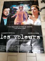 AFFICHE CINEMA    LES VOLEURS  CATHERINE DENEUVE DANIEL AUTEUIL   (120 CM X 160 CM ) - Posters