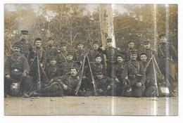 Carte Photo Groupe De Militaires En Manoeuvres Posant Dans Un Bois - Guerra 1914-18