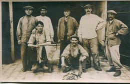 Carte Photo D'hommes ( Des Ouvrier ) Posant Devant Leurs Ateliers Pour La Photo - Personnes Anonymes