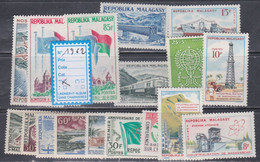 Madagascar  Année Complète 1962  XX Poste 360 à 375, Poste Aérienne 87, Les  17 Valeurs Sans Charnière, TB - Madagascar (1960-...)