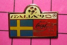 121 Pin's Pins / Beau Et Rare / THEME : SPORTS / FOOTBALL MONDIAL 90 ITALIE COCA-COLA DRAPEAU SUEDE - Football