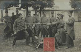 27 - BERNAY - Soldats S'affrontant à La Baïonnette - Carte Datée 1907 - Walter, Photographe - Bernay