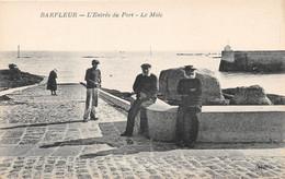 BARFLEUR - L'entrée Du Port - Le Mole - Barfleur