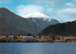 1 AK Chile * Puerto Cisnes - Der Hauptort Der Gemeinde Cisnes In Der Región De Aysén Im Süden Von Chile * - Chile