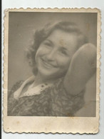 Young Woman For Photo   Li317-470 - Anonymous Persons