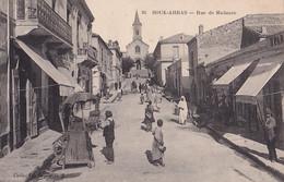 V32- SOUK - AHRAS (ALGERIE ) RUE DE MADAURE  - ( ANIMEE - HABITANTS - 2 SCANS ) - Souk Ahras