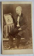 CDV Portrait D'un Homme Tenant Dans Ses Mains Un Tableau. Original. - Oud (voor 1900)