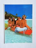 C.P.A. TAHITI : FILLES DES MERS DU SUD,  4 Splendides Vahinés Aux Seins Nus Dans Un Canoé - Tahiti