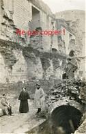 CARTE PHOTO ALLEMANDE - SOLDATS ET INFIRMIERE DANS LE CHATEAU DE COUCY PRES FOLEMBRAY AISNE - GUERRE 1914 - 1918 - Guerra 1914-18