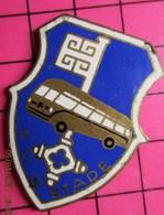 SP01 Pin's Pins / Beau Et Rare / THEME : TRANSPORTS / PVC STADE BLASON CLE AUTOBUS - Trasporti