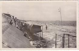 CHATELAILLON : TRES RARE CPSM.P.F. GLACEE DE 1953 AVEC CETTE VUE.GRANDE MAREE. CABINES.ANIMEES  T.B.ETAT - Châtelaillon-Plage