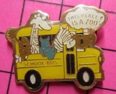SP01 Pin's Pins / Beau Et Rare / THEME : TRANSPORTS / AUTOBUS SCOLAIRE SCHOOL BUS JAUNE PLEIN D'ANIMAUX - Trasporti