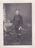 Photo WW1  Enfant De Troupe Marine école Avec Médaille Peut être Anglais ? Photo Atheny Saint Malo Réf 4372 - Non Classés