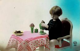 Petite Fille Se Servant Un Café N° 3168 - Escenas & Paisajes