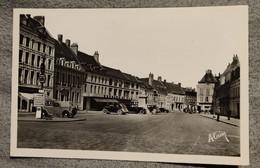 02 GUISE Place De Armes Voiture Ancienne - Guise