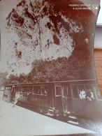 RARE  PHOTO /   TRAIN A L ARRET/ MONTAGNE / VOYAGEURS// A IDENTIFIER //130X180 - Eisenbahnen