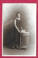 CARTE PHOTO 14 X 9 Cm Des Années 1920.. FEMME (PIN-UP) - Pin-ups