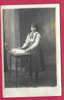 CARTE PHOTO 14 X 9 Cm De 1920.. Jeune FILLE à La Lecture - Personas Anónimos