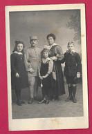 CARTE PHOTO 14 X 9 Cm De 1934.. Jeunes FILLES, FEMME, GARCON, MILITAIRE ( Porte Le N 1).. FRIBOURG (Suisse) 1918 - Personas Anónimos
