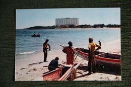 SENEGAL - N'GOR , Barques De Pêcheurs, Au Loin L'hôtel Des Relais Aériens. - Senegal