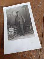 MANN IN OESTERREICH DAZUMAL - MARIAZELL - 1925 - BELEIBTER HERR IN ANZUG MIT HUT VOR KULISSE BASILIKA - Places