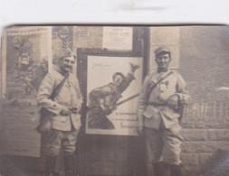 Photographie De Particulier WW1 2 Militaires De L'infanterie Devant Affiche 2eme Emprunt On Les Aura RARE  Réf 4428 - Guerra, Militari