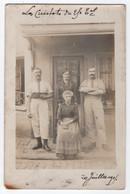 CARTE PHOTO ECRITE DE CORBIE ( SOMME ) ? EN 1915 : LES CUISTOTS DU CAFE DUVAL ? - RESTAURANT ? - 2 SCANS - - Te Identificeren