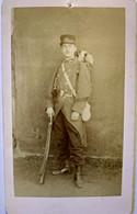 Photographie CDV Militaire - Jeune Soldat Debout - Paquetage - Musette - Fusil - 54 Sur Col - Autographe Au Dos 1892 -BE - Guerre, Militaire