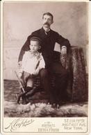 CABINET - Homme à La Grosse Moustache Et Enfant à La Trompette (jouet) Par KLAPPER - New-York - USA (BP) - Oud (voor 1900)
