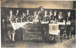 CARTE PHOTO - DIEUZE ( MOSELLE ) -- COURS DE BRODERIE SUR MACHINE A COUDRE SINGER Mai 1927 - To Identify