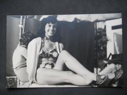 PIN UP SEXY FEMME FILLE RAGAZZA DONNA YOUNG WOMAN GAMBE LEG JAMBES BIKINI - Pin-ups