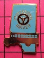 113b Pin's Pins / Beau Et Rare / THEME : TRANSPORTS / AUTOBUS SCOLAIRE VOLANT PROFESSIONNAL DRIVER Pin's USA - Trasporti