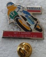 Pin's - Motos - YAMAHA - 1977 C. SARRON  - 1ère Victoire En GP 250  - - Motorfietsen