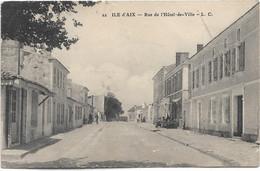 17 - ILE D'AIX Rue De L'Hôtel De Ville Animée écrite Timbrée - Other Municipalities