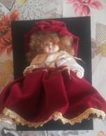 Bambola Porcellana Di Capodimonte Con Garanzia 25 Cm Ca. (242) Come Da Foto Piccola Scalfitura Su Un Dito Del Piede - Poupées