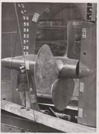 """PHOTO - HELICE Du PAQUEBOT """" PERREGAUX""""   NANTES 1958 Ateliers Et Chantiers De Bretagne  (18.2 X 23.8 Cm.) - Schiffe"""