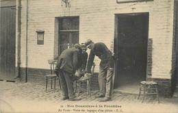 NOS DOUANIERS A LA FRONTIERE -au Poste, Visite Des Bagages D'un Piéton. - Zoll