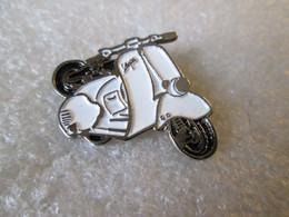 PIN'S  MOTO  SCOOTER   VESPA   BLANC - Motorfietsen