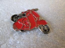 PIN'S  MOTO  SCOOTER   VESPA   ROUGE - Motorfietsen