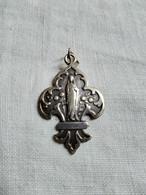 Pendentif Médaille Ancienne En Fleur De Lys - Souvenir De Lourdes - Sainte Vierge -  TBE - Religione & Esoterismo
