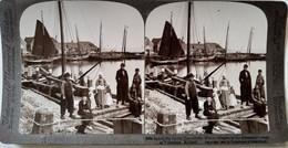 PHOTO STÉRÉO PAYS-BAS - Volendam - Villageois Et Pêcheurs - Belle Animation - 1904 - Ed. Underwood - TBE - Stereoscopio