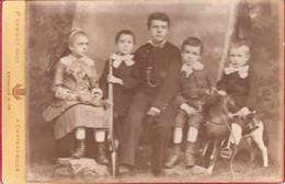 Photo Ancienne 1884 Groupe D'enfants Cheval De Bois Fusil Jouet Photographe P Verdot 36 Chateauroux - Ancianas (antes De 1900)