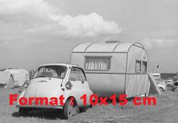 Reproduction Photographie Ancienne D'une Isetta Remorquant Une Petite Caravane - Reproducciones