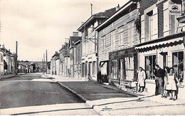 10 - CHAVANGES Rue Principale ( Animation CYCLES GRIMARO Enseigne MOBILOIL ) Jolie CPSM Dentelée Village (600 H) N/B PF - Other Municipalities