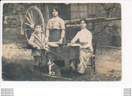Carte Photo De Famille Avec Enfant Et Fusil / Chien / Femme écrivant Lettre  ( Carte Souvenir )   ( Recto Verso ) - Saluti Da.../ Gruss Aus...