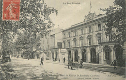 """CPA FRANCE 46 """" Cahors, L'Hôtel De Ville Et Le Boulevard Gambetta"""". - Cahors"""