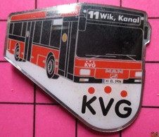 313A Pin's Pins / Beau Et Rare / THEME : TRANSPORTS /  AUTOBUS URBAIN ALLEMAND ROUGE KVG LIGNE 11 WIK KANAL - Transportation