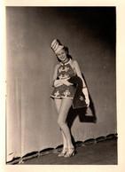 Photo Originale Affriolante Pin-Up Sexy à La Mini-Mini Jupe En Mode Défilé En Costume De Majorette Mannequin & Playmate - Pin-ups